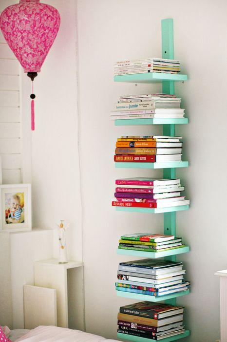 ook voor deze boekenkast heb je niet veel nodig een lange houten stok en een hoop plankjes
