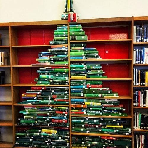 Als je veel groene boeken hebt en een grote kast, dan kun je deze boekenboom eens uitproberen.
