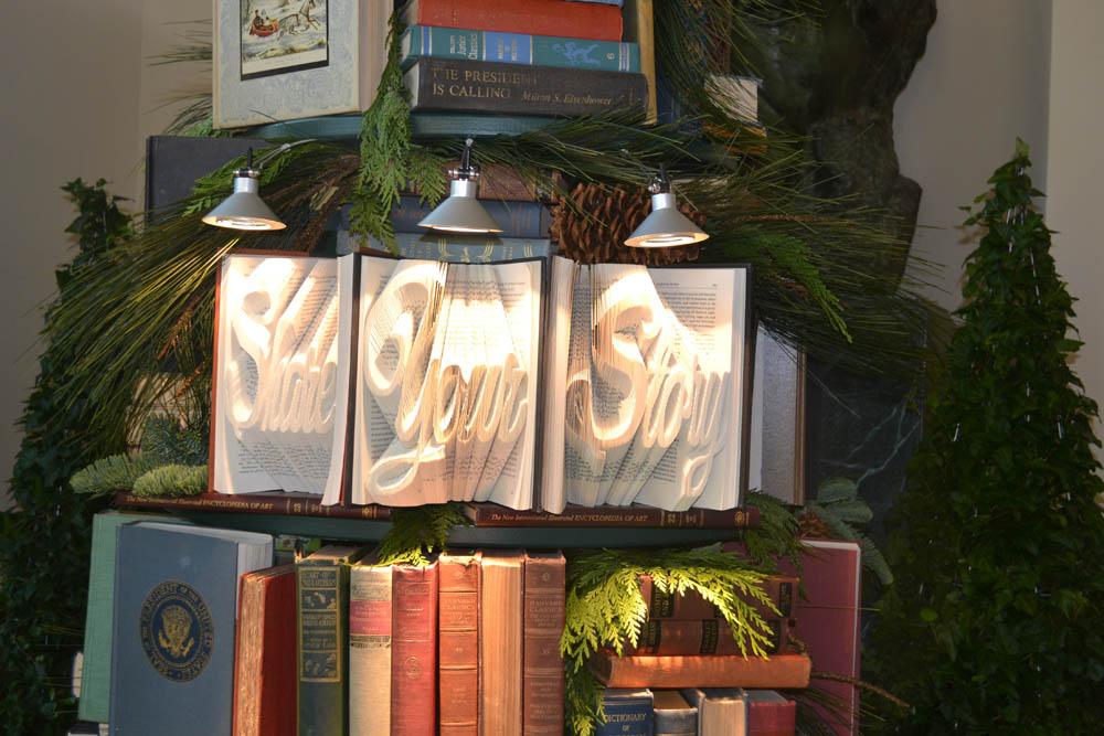 De kerstboom in het Witte Huis van vorig jaar had ook een boekenthema.