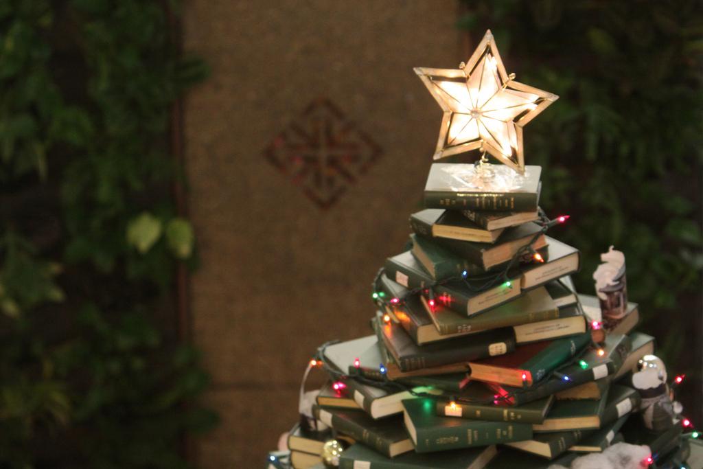 prachtige boekenboom met bovenin een mooie verlichte kerstster foto flickr