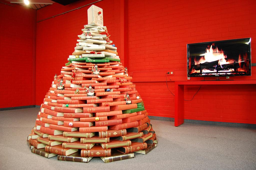 Leuke kerstboom van rode boeken met groene elementen en versieringen. Foto: Flickr