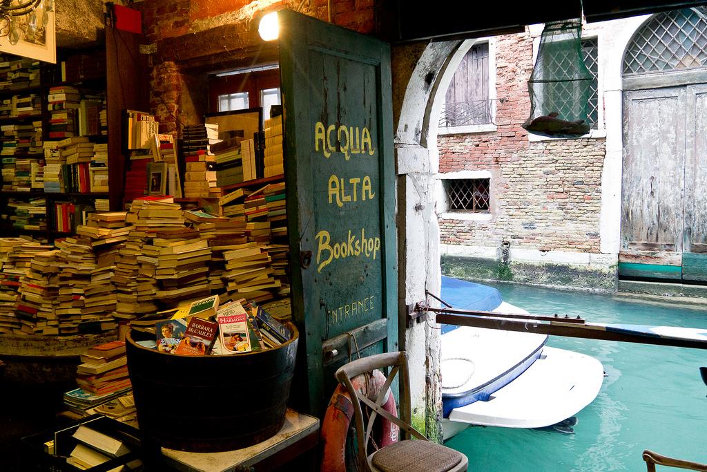 Direct aan het water in Venetië ligt deze sfeervolle boekhandel, met stapels boeken en bijzondere elementen die de boekhandel een heel eigen sfeer geven. Foto: Flickr/ilSolar