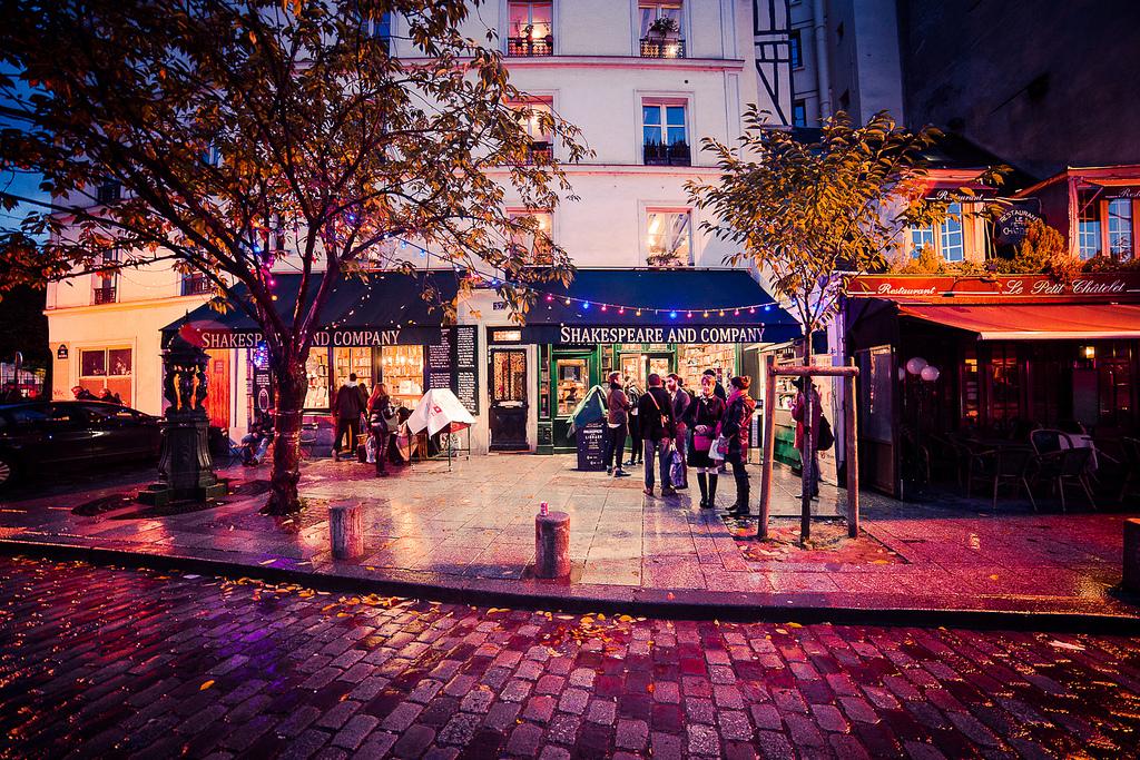 Een goede boekhandel is niet alleen een plek waar je boeken koopt, maar ook een waar de liefde voor lezen, schrijven en boeken centraal staat. Dat kun je zonder twijfel zeggen van het sfeervolle Shakespeare and company in Parijs. Foto: Flickr/Marco