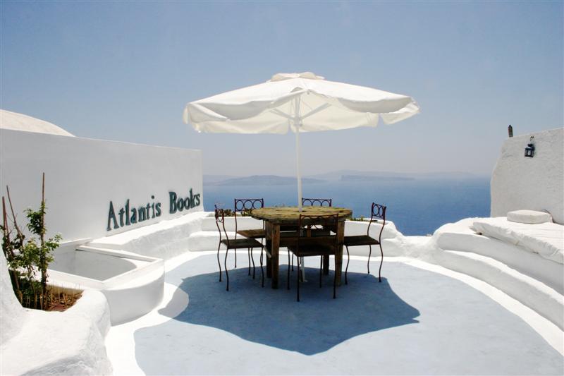 Vooral het uitzicht maakt dat boekhandel Atlantis meedoet in de lijst met mooiste boekhandels.. Blauwe luchten, witte muren en stapels boeken. Foto: Atlantis Books