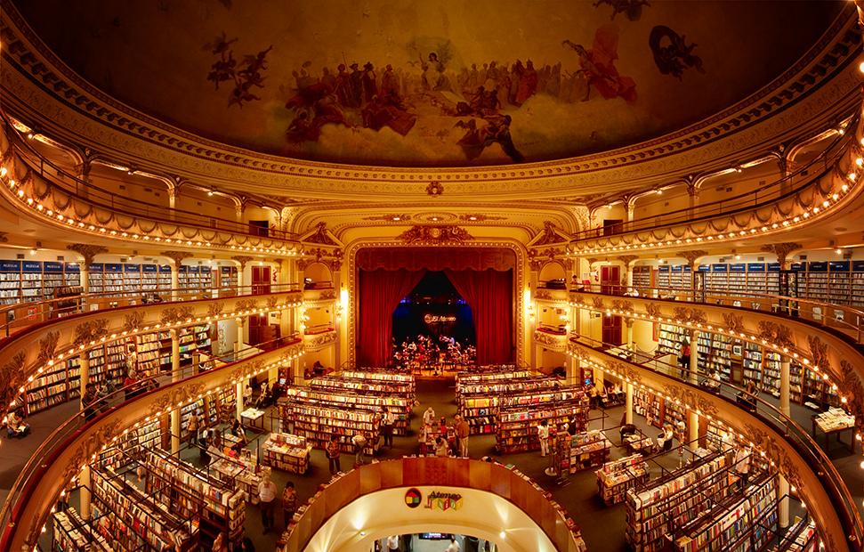 El Ateneo in Buenos Aires is gevestigd in een omgebouwd (film)theater uit 1919. Veel van de originele grootse uitstraling is behouden gebleven, maar er zijn tegelijk genoeg plekken waar je je met een boekje in een hoekje kunt terugtrekken. Foto: Flickr/Mac Aque