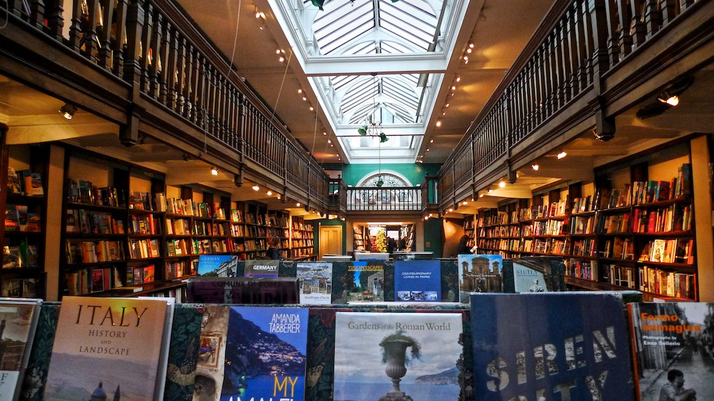 Daunt Books aan de Marylebone High Street in Londen is gevestigd in een oud Edwardiaans pand, waarvan het oudste gedeelte uit 1912 stamt. Foto: Flickr/Frans Schouwenburg