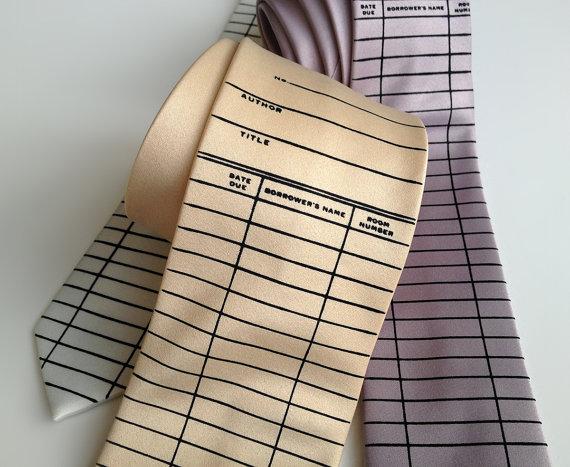 Leuk cadeau voor de mannelijke boekenlezer: een stropdas met opdruk van een ouderwetse bibliotheekkaart.