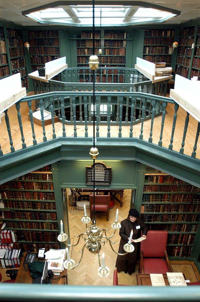 In een van de bijgebouwen van de Portugese Synagoge te Amsterdam is Ets Haim gevestigd, de oudste Joodse bibliotheek ter wereld, UNESCO Werelderfgoed. (foto: portugesesynagoge.nl)