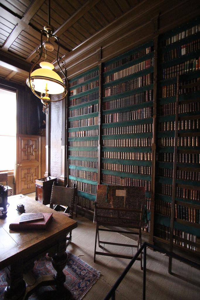 Hoe zag een 19e eeuwse thuisbibliotheek er uit? In het Huis van Gijn in Dordrecht ga je meer dan 100 jaar terug in de tijd en zie je hoe de mensen toen leefden. Naamgever en eigenaar van het huis Simon van Gijn had een omvangrijke verzameling bijzondere boeken. (Foto: Flickr/bertknot)