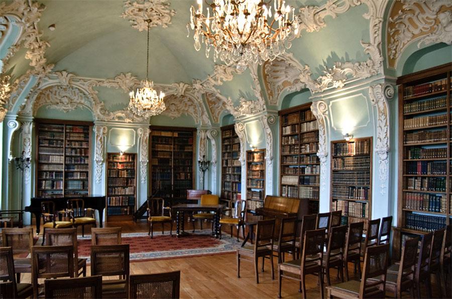 In de abdij van Rolduc bevindt zich de fraai gestucte rococo-bibliotheek, ontworpen door Joseph Moretti. De bibliotheek wordt onder andere voor kamermuziekconcerten gebruikt. (Foto: Flickr/Ton Nolles)