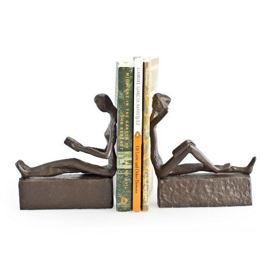 Een leuk cadeau voor stelletjes die van boeken houden, bijvoorbeeld als trouwcadeau.. Twee boekensteunen, een lezende man en vrouw.