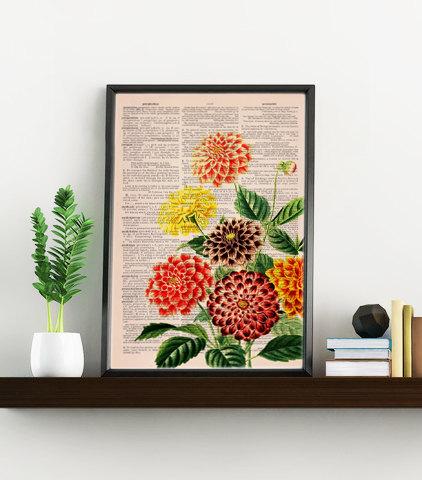 Een schilderij gemaakt van oude boekenpagina's, met mooi bloemenpatroon.
