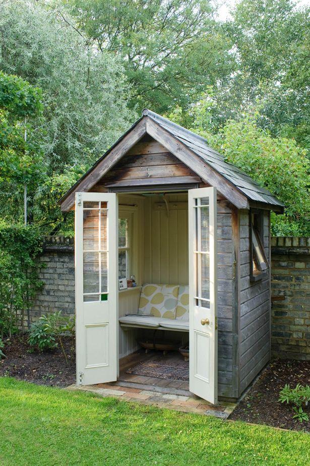 Je kunt je tuinhuisje heel eenvoudig omtoveren tot comfortabel leesplekje, waar je ook bij wat slechter weer heerlijk in de tuin kunt zitten lezen. (Foto Daily Mirror)