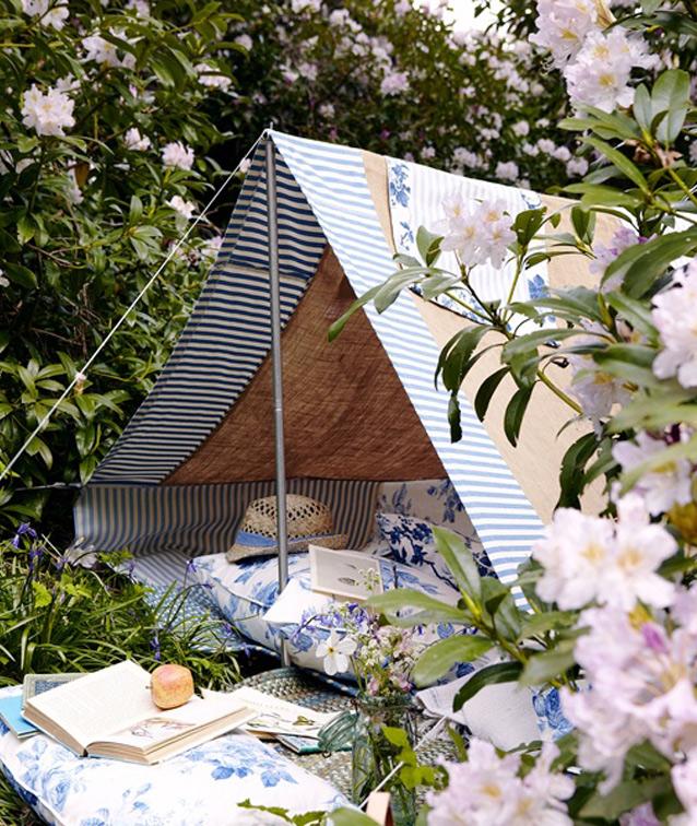 Heb je nog een oude tent liggen? Gebruik de buitentent en richt een comfortabel leesplekje in! (gevonden via Pinterest)