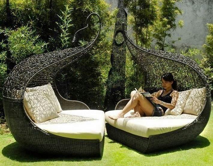 Deze mooi gevormde loungebanken nodigen direct uit om op te gaan liggen, met een boekje erbij natuurlijk.. (Gevonden via Stylish Eve)