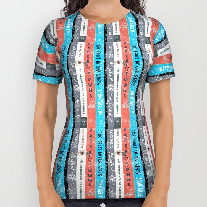 Fan van John Green? Dan kun je absoluut niet zonder dit shirt, bedrukt met de ruggen van zijn boeken.
