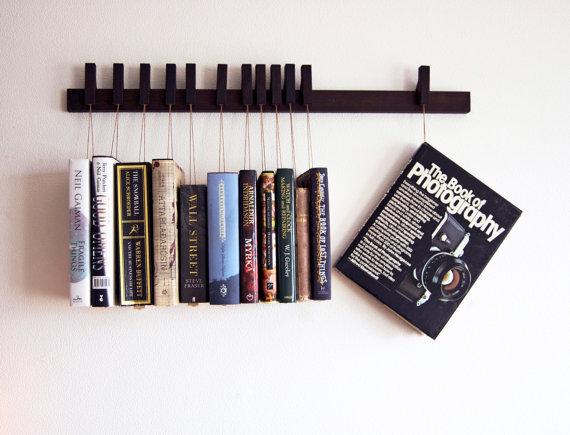 Gevonden op Etsy, deze bijzondere manier om je boeken aan de muur te hangen. Weer eens wat anders dan een boekenplank! Wel een beetje prijzig..