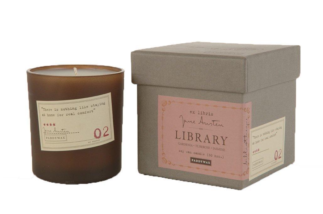 Deze kaarsen verspreiden een heerlijke geur in je huiskamer én hebben een boekenthema. Bijvoorbeeld Jane Austen.