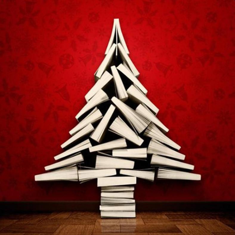 Een strak vormgegeven boekenboom, mooi het contrast tussen de rode muur en de witte boeken.