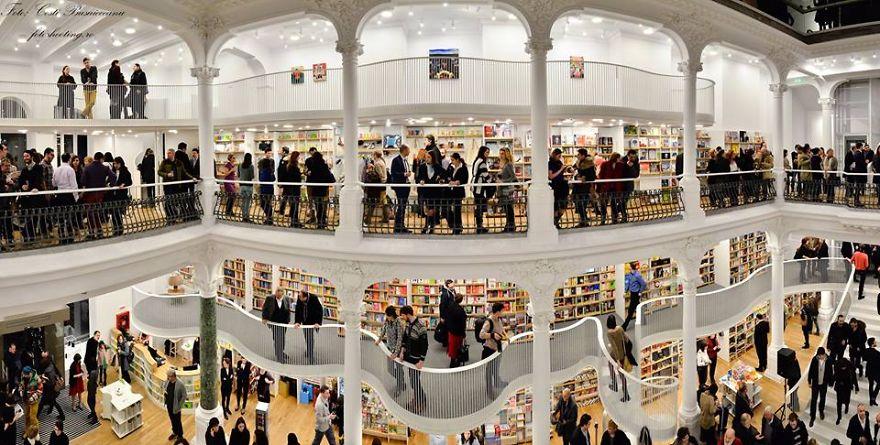 Deze nieuwe, stijlvol witte boekhandel in Boekarest verdient al meteen een plaatsje in de lijst van mooiste boekhandels. Foto: Carturesti Carusel