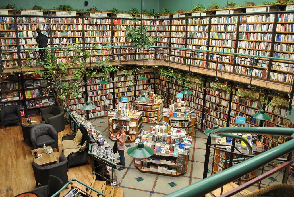 Een boekhandel met wanden vol boeken, planten, en een heerlijke zithoek waar je kunt wegdromen. Foto: Flickr/Aquiles Carattino
