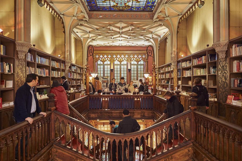Deze boekhandel opende in 1906 in een prachtig neo-gothisch pand met veel sfeervolle details, zoals een indrukwekkende houten trap en mooie glas-in-loodramen. Foto: Flickr/Del-Uks