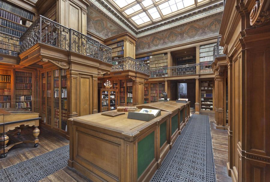 De in 1826 gebouwde Bibliotheek bevat een historische collectie 18de- en 19de-eeuwse natuurhistorische boeken en tijdschriften. De Bibliotheek ligt op de eerste verdieping van het gebouw en is voor bezoekers alleen te bezichtingen in een groepsrondleiding. (Foto: Teylers Museum)