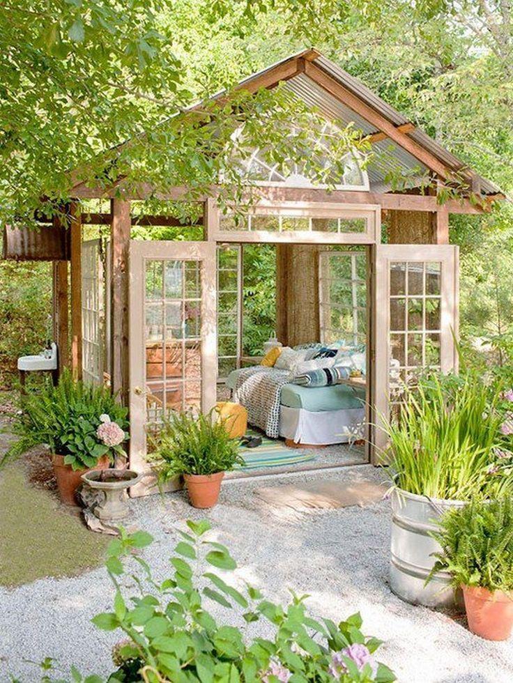 Ben je creatief met hout en glas? Bouw dan zo'n leespaleisje in je eigen tuin!