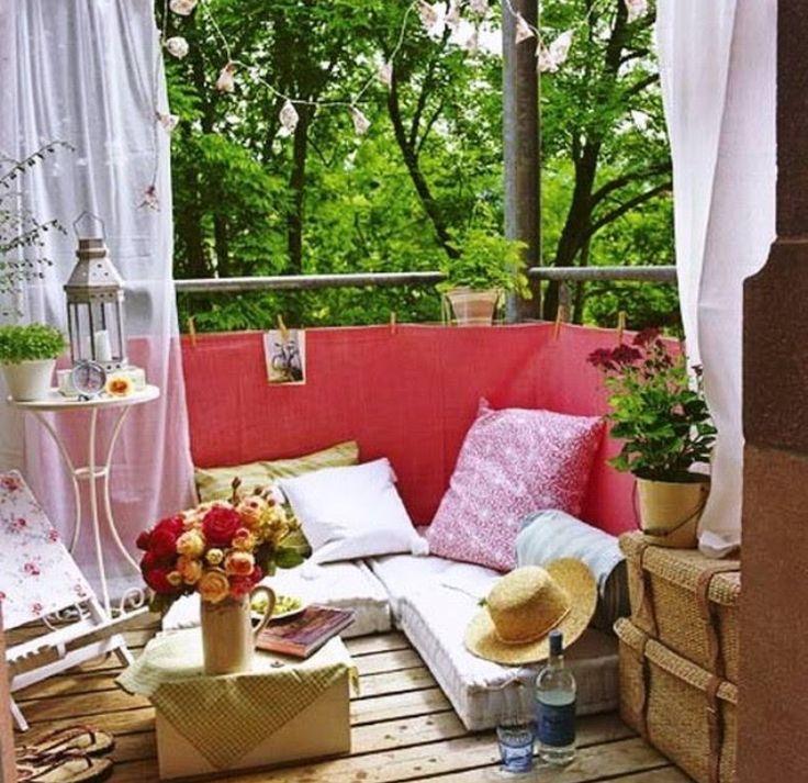 Ook als je maar een klein balkon hebt kun je al snel een heel gezellig leeshoekje inrichten!