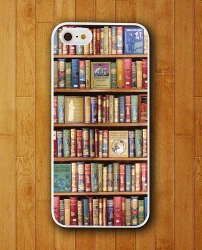 Gevonden op ArtFire, deze leuke iPhonehoes met boekenopdruk. Zo kun je aan iedereen laten zien dat je van boeken houdt!
