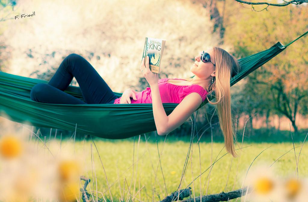 Een hangmat is misschien wel de meest ideale manier om lekker buiten een boekje te lezen. Foto: Flickr/Florian F. (Flowtography)