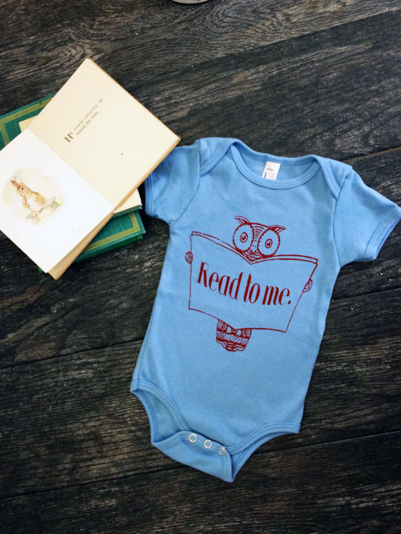 Net een baby gekregen, of zoek je nog een cadeautje voor jonge ouders? Dit shirt zorgt ervoor dat iedere baby een boekenwurm wordt.