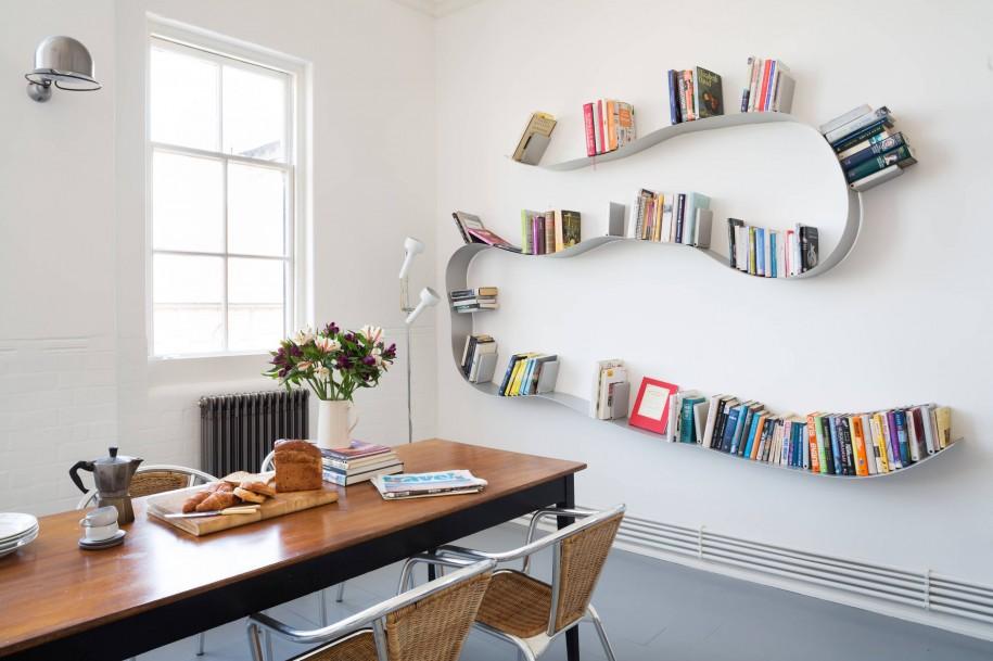Deze boekenplank van Kartell kan je zelf in de gewenste vorm buigen. Een uniek staaltje design dus!