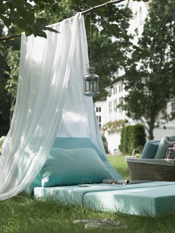 Heel eenvoudig te maken, dit prachtige leesplekje. Gebruik een lichte doek (oude gordijnen bijvoorbeeld) als tent, leg wat kussens op het gras en klaar ben je! (Foto Apartment Therapy)