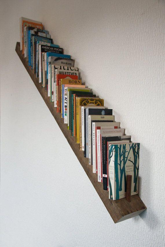 Plankruimte voor je boeken heb je natuurlijk nooit genoeg.. Zo'n soort schuine boekenplank kun je bijvoorbeeld naast je trap bevestigen!