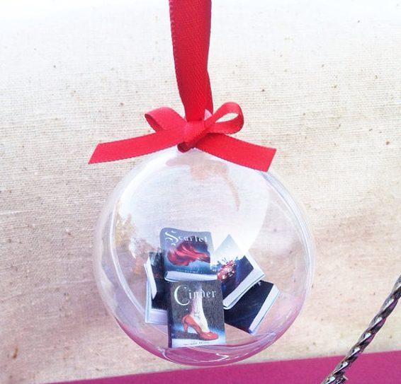 En wat dacht je van deze miniboekjes in een kerstbal?