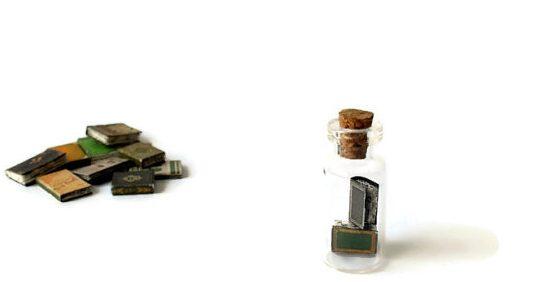 Bijzonder: deze miniatuurboeken in een flesje!
